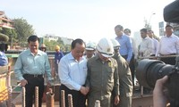 ผู้นำนครโฮจิมินห์ไปอวยพรกรรมกรที่กำลังก่อสร้างสะพาน 3 แห่งในนคร