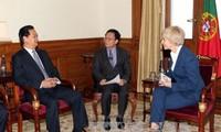นายกรัฐมนตรีเหงียนเติ๊นหยุงพบปะกับประธานรัฐสภาโปรตุเกส