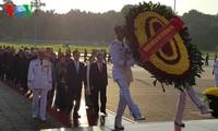 ผู้แทนที่เข้าร่วมการประชุมสมัชชาใหญ่แข่งขันรักชาติไปวางพวงมาลาที่สุสานประธานโฮจิมินห์
