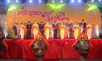 สถานประกอบการลาวและไทยเข้าร่วมงานแสดงสินค้าฤดูใบไม้ผลิเขตชายแดนจ.เดียนเบียน