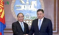 นายกรัฐมนตรีเหงียนซวนฟุ๊กพบปะหารือกับประธานรัฐสภามองโกเลีย
