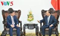 นายกฯเวียดนามให้การต้อนรับผู้อำนวยการใหญ่บริษัทHyundai Motorและรัฐมนตรีกระทรวงโยธาธิการและขนส่งลาว