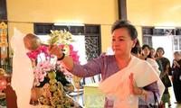 นางเจืองถิมาย หัวหน้าคณะกรรมการรณรงค์มวลชนส่วนกลางเยือนสำนักงานของพุทธสมาคมเวียดนาม