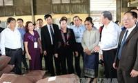 ประธานรัฐสภาเวียดนามและประธานรัฐสภาลาวจุดธูปที่เขตโบราณสถานทางประวัติศาสตร์กรม 52