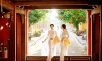 ความงามที่บริสุทธิ์ของสาวเวียดนามในชุดอ๊าวหย่ายหรือเสื้อยาวประจำชาติ