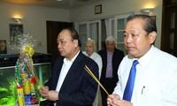 ผู้นำรัฐบาลไปจุดธูปรำลึกถึงท่านเลขาธิการใหญ่พรรคเหงียนวันลิงห์และนายกรัฐมนตรีฝ่ามวันด่งผู้ล่วงลับ