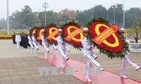 ผู้นำพรรคและรัฐไปวางพวงมาลาที่หอเก็บศพประธานโฮจิมินห์