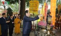 ประธานประเทศเจิ่นด่ายกวางไปถวายธูปสักการะที่วังกิ้งเทียน เขตพระราชวังหว่างแถ่งทังลอง