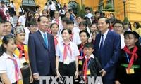 ประธานประเทศเจิ่นด่ายกวางพบปะกับเด็กยากจนดีเด่นทั่วประเทศ