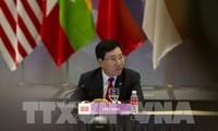 รองนายกรัฐมนตรีและรัฐมนตรีต่างประเทศเวียดนามพบปะทวิภาคีกับรัฐมนตรีต่างประเทศจีนและอียู