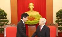 เลขาธิการใหญ่พรรค ประธานประเทศ เหงียนฟู้จ่อง ให้การต้อนรับส.ส. Kentaro Sonoura ทูตพิเศษของนายกรัฐมนตรีญี่ปุ่น
