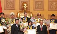 รองนายกรัฐมนตรีเจืองหว่าบิ่งห์มอบรางวัลให้แก่เจ้าหน้าที่ข้าราชการและพนักงานดีเด่นรุ่นใหม่ปี 2018