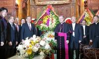 ผู้นำระดับสูงพรรค รัฐ รัฐบาล แนวร่วมปิตุภูมิเวียดนาม อวยพรชาวคริสต์เนื่องในโอกาสเทศกาลคริสต์มาส