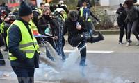 """จำนวนผู้เข้าร่วมการประท้วงของกลุ่ม """"เสื้อกั๊กเหลือง"""" ในฝรั่งเศสเพิ่มขึ้น"""