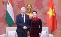 ประธานสภาแห่งชาติ เหงียนถิกิมเงิน ให้การต้อนรับรองประธานรัฐสภาฮังการี