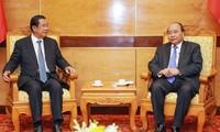 นายกรัฐมนตรีเหงียนซวนฟุ๊กให้การต้อนรับผู้นำกัมพูชาและผู้นำลาวที่เข้าร่วมรัฐพิธีศพ พลเอก เล ดึ๊ก แองห์ อดีตประธานประเทศเวียดนาม