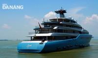 เรือสำราญของเศรษฐีอังกฤษ Joe Lewis เจ้าของสโมสรฟุตบอลทอตนัมฮอตสเปอร์เลียบท่าเรือนครดานัง เมืองเก่าฮอยอันและนครฮาลอง