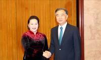 ประธานสภาแห่งชาติ เหงียนถิกิมเงินพบปะหารือกับประธานแนวร่วมปิตุภูมิจีน อวางย้างและไปชมศูนย์นิทรรศการจุงกวางชวน