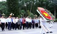 ประธานสภาแห่งชาติ เหงียนถิกิมเงินไปจุดธูปในวิหารทหารพลีชีพเพื่อชาติที่นครโฮจิมินห์