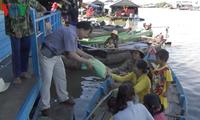 Phát gạo của Thủ tướng Nguyễn Xuân Phúc tặng bà con Việt kiều