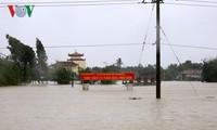 Hôm nay, dự báo lũ xuống nhưng các tỉnh miền Trung vẫn ngập lụt sâu