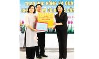 Phó Chủ tịch nước Đặng Thị Ngọc Thịnh trao học bổng và tặng quà Trung thu tại Huế