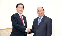 Thủ tướng Nguyễn Xuân Phúc tiếp Trưởng Ban Nghiên cứu Chính sách Đảng LDP Nhật Bản