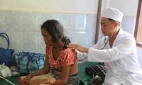 Bác sĩ VIệt Nam khám chữa bệnh cho người dân bị ảnh hưởng bởi vỡ đập thủy điện ở Lào
