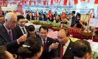 Thủ tướng Nguyễn Xuân Phúc cắt băng khai trương Tuần lễ hàng Việt Nam tại Singapore