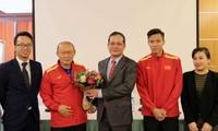 Đại sứ Việt Nam tại Qatar thăm động viên đội tuyển bóng đá quốc gia