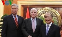 Chủ tịch Quốc hội Nguyễn Sinh Hùng tiếp Thượng nghị sĩ Mỹ John McCain