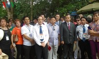 Đoàn Việt kiều dâng hương tại Đền Hùng