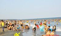 """Bãi biển Cửa Lò, Nghệ An """"hút"""" khách du lịch trong những ngày nghỉ"""