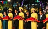 ถนนแห่งบุปผชาติเหงวียนเหวและถนนแห่งหนังสือเทศกาลตรุษเต็ตได้เปิดขึ้นแล้ว ณ นครโฮจิมินห์