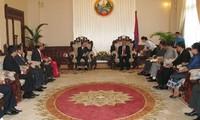 รองนายกรัฐมนตรีลาวให้การต้อนรับคณะปฏิบัติงานคณะกรรมการชี้นำเขตตะวันตกเฉียงเหนือเวียดนาม