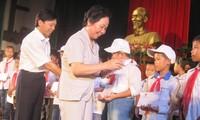 รองประธานประเทศเวียดนามเหงวียนถิยวานมอบทุนการศึกษาให้แก่นักเรียนยากจนที่จังหวัดนามดิ่ง