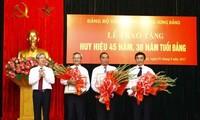 Trao Huy hiệu 45 năm, 30 năm tuổi Đảng tặng đảng viên Đảng bộ Văn phòng Trung ương Đảng