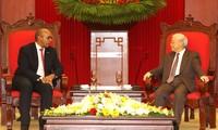 """Trao Kỷ niệm chương """"Vì hòa bình, hữu nghị giữa các dân tộc"""" tặng Đại sứ Cuba tại Việt Nam"""