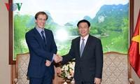 Phó Thủ tướng Vương Đình Huệ tiếp giám đốc Diễn đàn kinh tế Thế giới Justin Wood