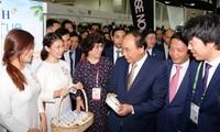 Thủ tướng Nguyễn Xuân Phúc thăm quan gian hàng Việt Nam tại Hội chợ FHA 2018