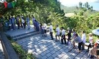 Đông đảo du khách đến viếng mộ Đại tướng Võ Nguyên Giáp