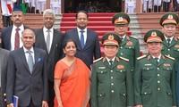 Bộ trưởng Ngô Xuân Lịch đón và hội đàm đoàn đại biểu quân sự cấp cao Bộ Quốc phòng Ấn Độ