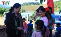 Phó Chủ tịch Thường trực Quốc hội Tòng Thị Phóng tặng quà và nhà tình nghĩa cho các gia đình