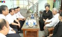 Phó Chủ tịch Quốc hội Tòng Thị Phóng thăm, tặng quà các gia đình chính sách tại Đà Nẵng