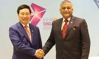 Phó Thủ tướng, Bộ trưởng Ngoại giao Phạm Bình Minh gặp song phương với Quốc vụ khanh Ấn Độ Vijay Kum