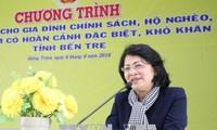 Phó Chủ tịch nước Đặng Thị Ngọc Thịnh trao quà tặng gia đình chính sách khó khăn tỉnh Bến Tre