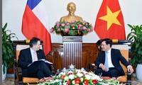 Phó Thủ tướng, Bộ trưởng Ngoại giao Phạm Bình Minh tiếp Bộ trưởng Ngoại giao Chile Roberto Ampuero Espinoza