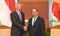 Thủ tướng Nguyễn Xuân Phúc gặp song phương Thủ tướng Singapore