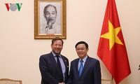 Phó Thủ tướng Vương Đình Huệ tiếp Đặc phái viên về thương mại của Thủ tướng Anh Edward Vaizey