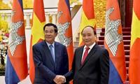 Thủ tướng Nguyễn Xuân Phúc gặp Thủ tướng Campuchia Samdech Techo Hunsen